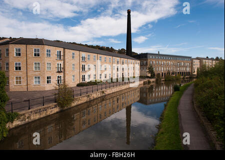 Britannia Wharf, Leeds Liverpool Canal, Bingley, GB - mill with chimney, converted into apartments, reflected in - Stock Photo