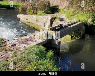 The old Compton lock, now a weir on the Itchen Navigation at Shawford, Winchester is on the Itchen Way footpath. - Stock Photo