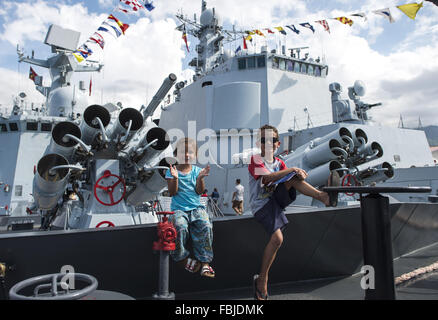 (160117) -- DILI, TIMOR-LESTE, Jan. 17, 2015 (Xinhua) -- Local children visit a Chinese Navy warship at Dili, Democratic - Stock Photo