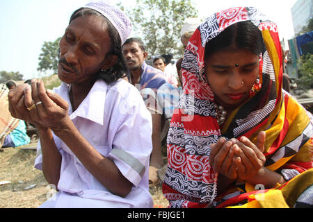 Dhaka, Bangladesh. 17th January, 2016. Bangladeshi Muslim devotees participate in Akheri Munajat, or last prayers, - Stock Photo
