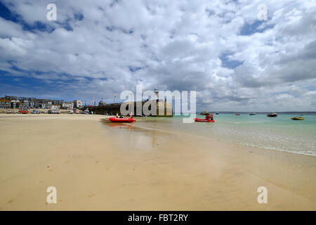 St Ives, Cornwall, UK: The wide Harbor Beach at low tide. - Stock Photo