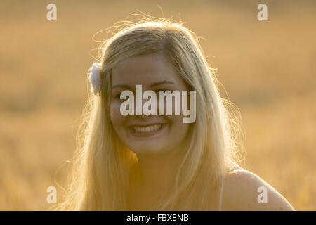 Portrait junge Frau im Abendlicht - Stock Photo
