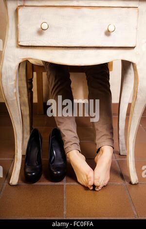 Nackt unter dem tisch