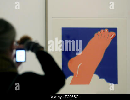 Oberhausen, Germany. 21st Jan, 2016. A visitor photographs 'Foot' (1968) by Tom Wesselmann in the Ludwiggalerie - Stock Photo