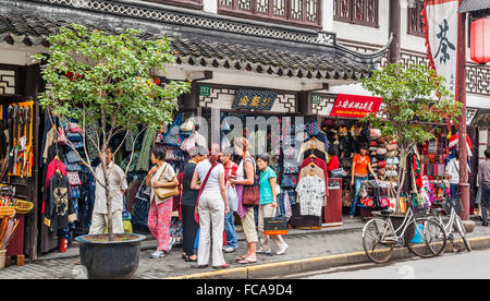 China, Shanghai, Yuyuan Bazaar, popular shopping venue in Shanghai's Old Town - Stock Photo