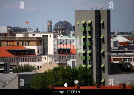 Luftbild: im Vordergrund das Wohnhochhaus 'Kreuzberg Tower' (von John Hejduk), im Hintergrund die Kuppel des Reichstages, Berlin