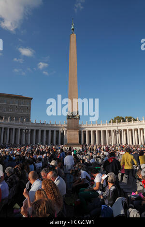 Vatican City. 3rd Oct., 2015. Waiting for the preach of the pope Francis before the Synod on the family, St. Peter's - Stock Photo