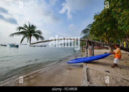 kayak and leaning coconut tree on Sairee Beach, Koh Tao, Thailand. - Stock Photo