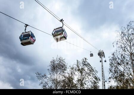 The Emirates Air Line (also known as the Thames cable car) is a ten-minute (five minutes in rush hour) gondola lift - Stock Photo
