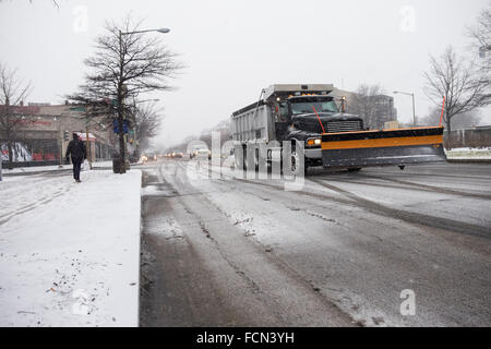 Snowplows begin to prepare for Winter Storm Jonas in Washington DC 22 January 2016. A major blizzard, Winter Storm - Stock Photo