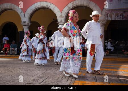 Elderly Mexican dancers on the weekly sunday morning show, Merida, Yucatan, Mexico, North America. - Stock Photo