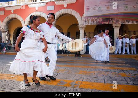 Mexican dancers from Tabasco Region on the weekly sunday morning show, Merida, Yucatan, Mexico, North America. - Stock Photo