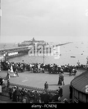 AJAXNETPHOTO. EARLY 1900S (APPROX). SOUTHEND, ENGLAND. - WORLD'S LONGEST PIER - PEOPLE IN EDWARDIAN DRESS CROWDING - Stock Photo