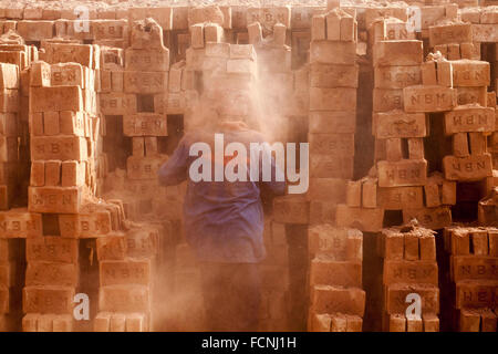 Dhaka, Dhaka, Bangladesh. 18th Jan, 2016. 18 January 2016, Dhaka Bangladesh - Bangladeshi daily labour work in a - Stock Photo