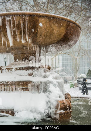 New York, USA. 23rd Jan, 2016. Scene from Midtown Manhattan, New York City during blizzard storm Jonas. January - Stock Photo