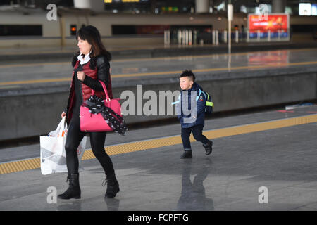 Hangzhou, China's Zhejiang Province. 24th Jan, 2016. A mother and her son walk at the platform at Hangzhou East - Stock Photo
