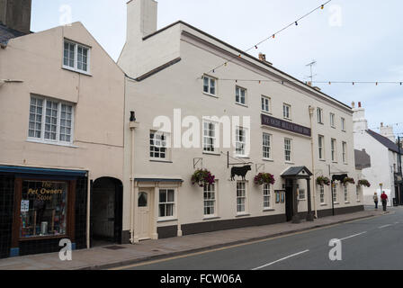 The 500 year old Ye Olde Bulls Head Inn hotel and restaurant on Castle Street in Beaumaris Anglesey - Stock Photo