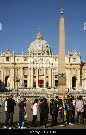 Long queue of tourists waiting to enter the Vatican museums, Piazza San Pietro, Vatican City, Rome, Italy. - Stock Photo