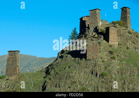 Georgien, Kachetien, Tuscheti-Nationalpark, Omalo, Oberdorf, Blick auf die Keselo Festung - Stock Photo