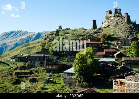 Georgien, Kachetien, Tuscheti-Nationalpark, Omalo, Oberdorf mit Keselo Festung - Stock Photo
