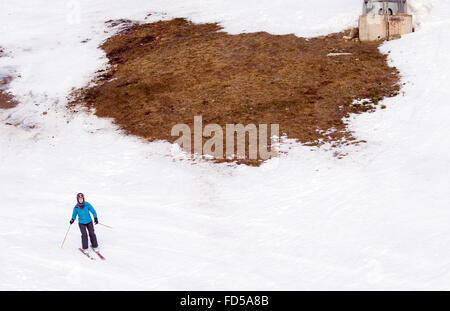 Braunlage, Germany. 28th Jan, 2016. A woman skis downhill on a slope of the Wurmberg mountain in the Harz region - Stock Photo