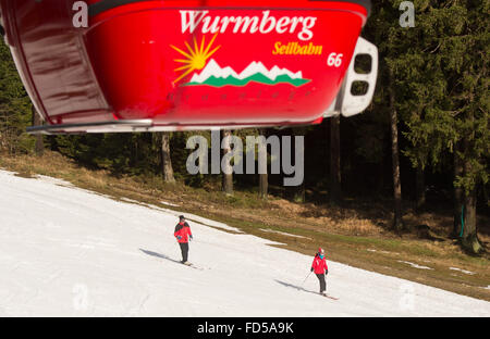Braunlage, Germany. 28th Jan, 2016. A man and a woman ski downhill on a slope of the Wurmberg mountain in the Harz - Stock Photo