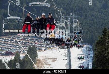 Braunlage, Germany. 28th Jan, 2016. Visitors sit in chairlifts on their way up to the top of the Wurmberg mountain - Stock Photo