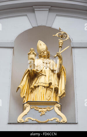 Vergoldete Statue des Hl. Alto über dem Eingang der Klosterkirche St. Alto und St. Birgitta - Stock Photo