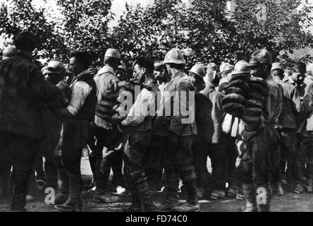 Distribution of bread to Italian prisoners of war, 1918 - Stock Photo