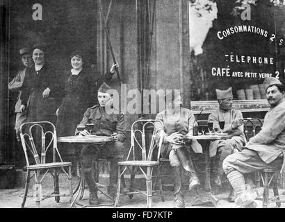 French soldiers in a café in Paris during First World War - Stock Photo