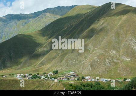 Georgien, Mtskheta-Mtianeti, Dorf südlich von Stepanzminda an der Georgischen Heerstrasse - Stock Photo