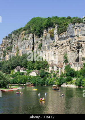 Excursion boats and kayaks on the Dordogne river, La Roque-Gageac, Aquitaine, France - Stock Photo
