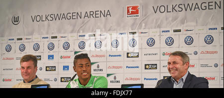 Wolfsburg, Germany. 1st Feb, 2016. Brazilian soccer player Bruno Henrique (c) sitting next to CEO Klaus Allofs (r) - Stock Photo