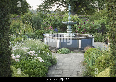 The fountain garden created by Simon Sainsbury and Stewart Grimshaw at Woolbeding House, West Sussex. The fountain - Stock Photo