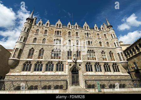 Casa de los Botines designed by Antoni Gaudi - construction 1893 in limestone blocks - Stock Photo