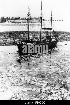 The Nazi propaganda picture shows a vessel by the Todt Organisation arriving at a military base of frontline workers - Stock Photo