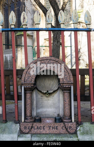 The first Metropolitan Drinking Fountain, erected in Holborn in 1859.  In wall of St Sepulchre-without-Newgate churchyard.. - Stock Photo