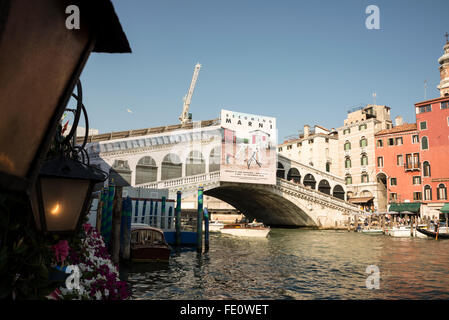 Restoration work being carried out on Ponte Di Rialto ( Rialto bridge) that spans the Canal Grande ( Grand Canal) - Stock Photo
