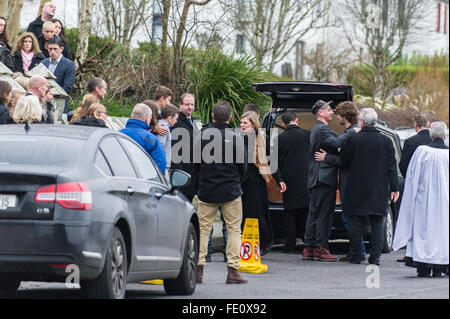 Schull, Ireland. 3rd February, 2016. The mourners console each other as Colin Vearncombe's coffin waits to be carried - Stock Photo