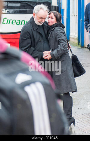 Schull, Ireland. 3rd February, 2016. Steve Baker, Colin Vearncombe's manager, consoles a mourner outside St. Mary's - Stock Photo
