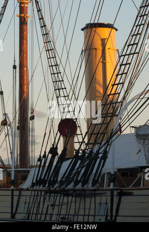 Funnel and mizzenmast, RRS Discovery, Discovery Point, Dundee, Scotland, UK. - Stock Photo