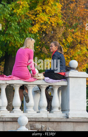 Young women chatting in Alexander Gardens, Moscow, Russia - Stock Photo