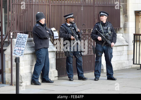 London, England, UK. Armed police at the entrance to the Houses of Parliament - Stock Photo