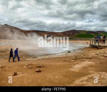 Northeast Iceland, Iceland. 1st Aug, 2015. A tourist couple walk towards a viewing platform as steam and smoke from - Stock Photo