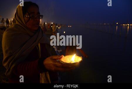 Allahabad, Uttar Pradesh, India. 9th Feb, 2016. Allahabad: A Hindu devotee offer evening prayer after taking holydip - Stock Photo