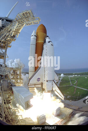 Space Shuttle Endeavour roars toward orbit on the STS-118 missio - Stock Photo