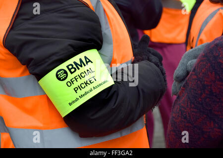 London, UK. 10th February, 2016. Striking junior doctors protest outside St Thomas's Hospital across the river from - Stock Photo