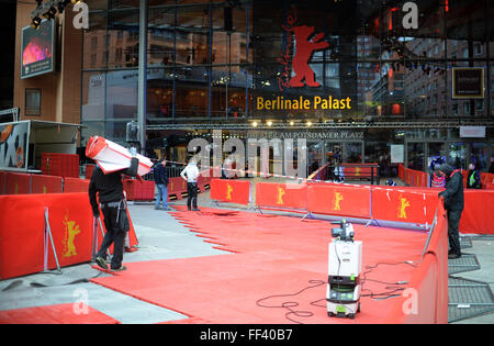 Berlin, Germany. 10th Feb, 2016. Workers set up the red carpet area at the Berlinale Palace in Berlin, Germany, - Stock Photo
