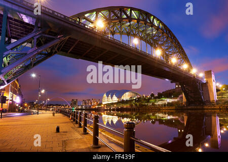 The Tyne Bridge over the river Tyne in Newcastle, England at night. - Stock Photo