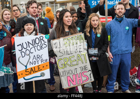 London, UK. 10th February, 2016. The picket line at St Thomas' Hospital. The second official junior doctors strike - Stock Photo